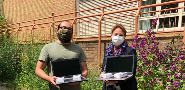 Bianca Sommerfeld, Schutzengelwerk übergibt Gennadi Saikov, Heinrich-Seidel-Schule, Förderverein, eine Spende von 10 Notebooks am 10.6.2020
